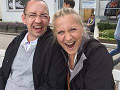 Transportbox kaufen - wer ist das Team - Das Bild zeigt Nadine und Marek beim albernen Blick in die Kamera