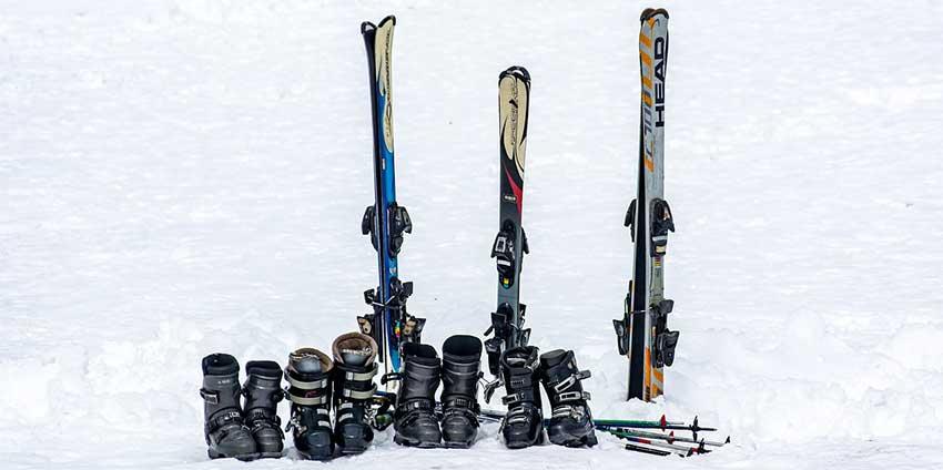 Skibox transportiert Skiausrüstung zum Skiurlaub