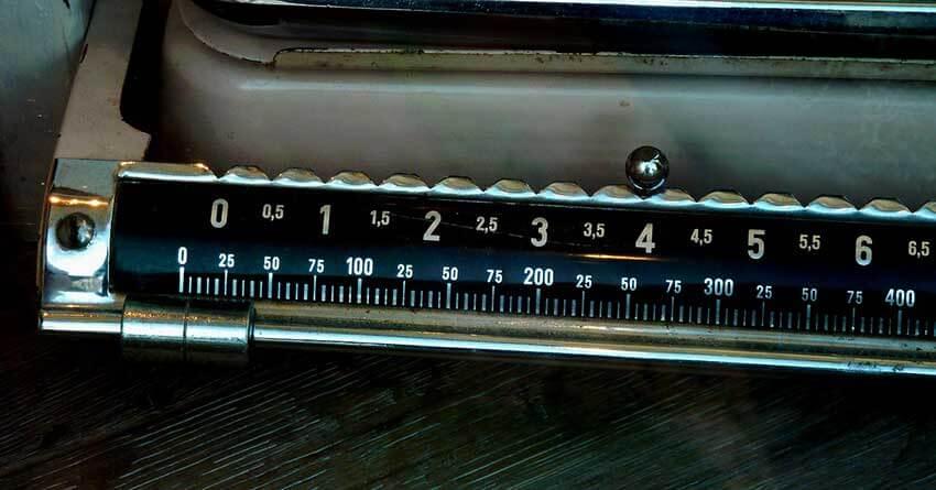 Diese alte Waage steht symbolisch für das Messen von Gewicht. In diesem Beitrag geht es um das Füllgewicht einer Dachbox oder Skibox.